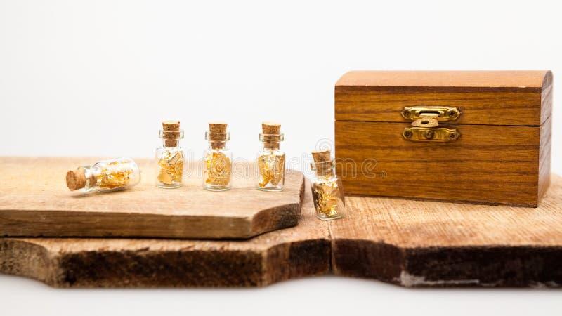 Stillevensamenstelling met houten doos en kleine glasflessen stock foto's