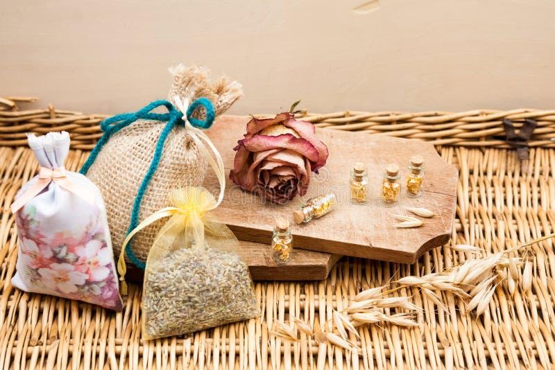 Stillevensamenstelling met houten doos en kleine glasflessen royalty-vrije stock afbeelding