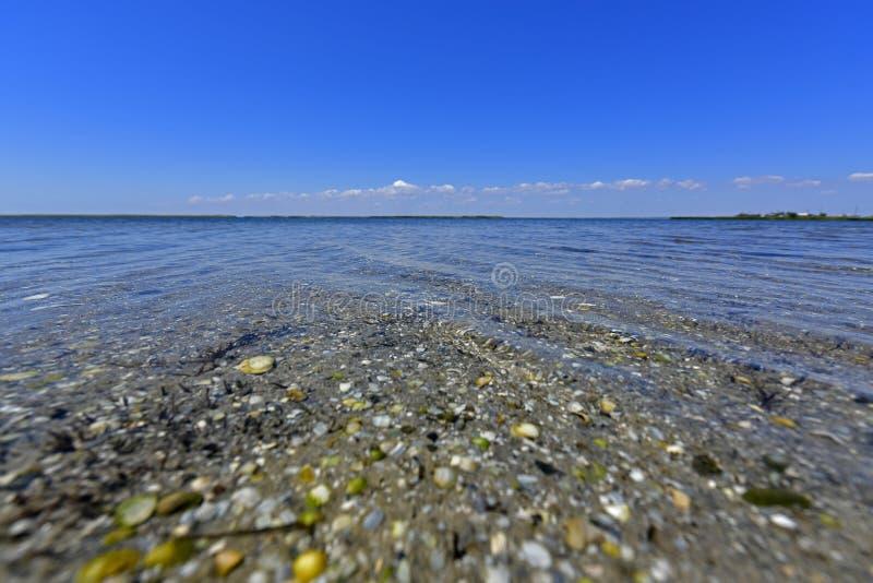 Stillhet i havsfjärden Spottade Berdyansk lokaliseras i norden av det Azov havet royaltyfri bild