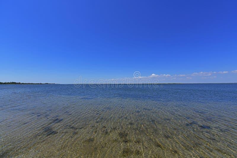 Stillhet i havsfjärden Spottade Berdyansk lokaliseras i norden av det Azov havet royaltyfria foton