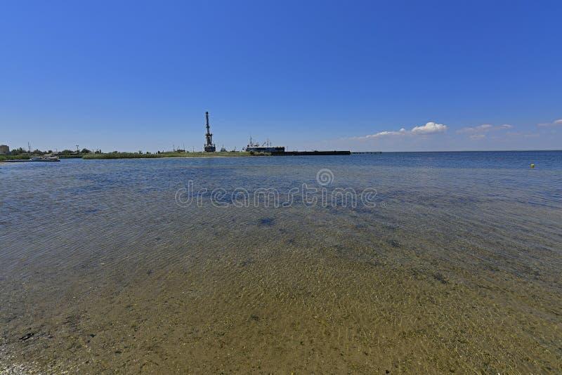 Stillhet i havsfjärden Spottade Berdyansk lokaliseras i norden av det Azov havet arkivfoton