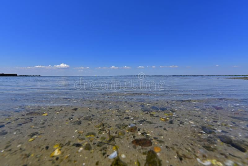 Stillhet i havsfjärden Spottade Berdyansk lokaliseras i norden av det Azov havet arkivbilder