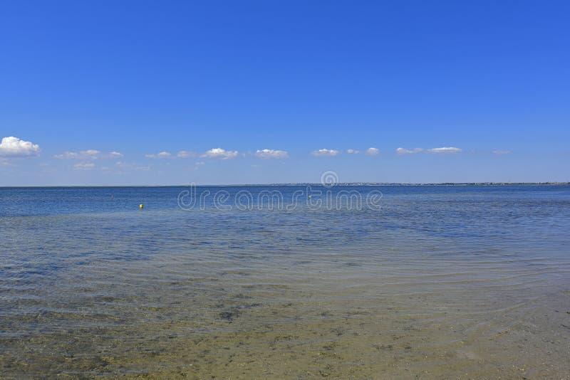 Stillhet i havsfjärden Spottade Berdyansk lokaliseras i norden av det Azov havet arkivbild