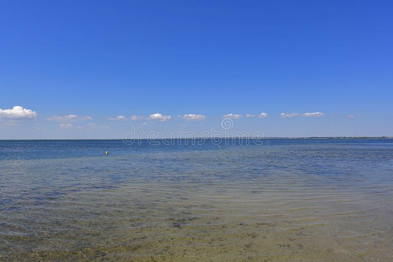 Stillhet i havsfjärden Spottade Berdyansk lokaliseras i norden av det Azov havet fotografering för bildbyråer