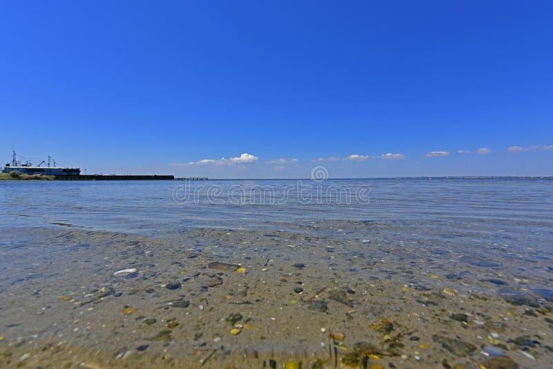 Stillhet i havsfjärden Spottade Berdyansk lokaliseras i norden av det Azov havet arkivfoto