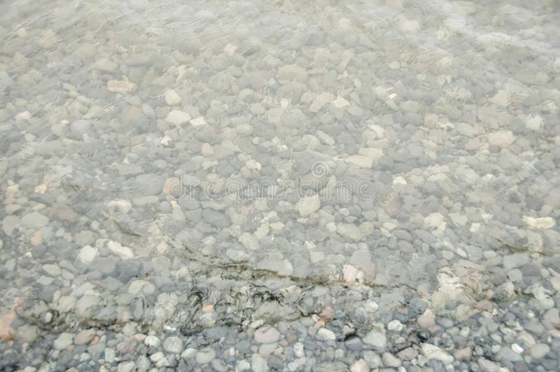 Stillhet och genomskinligt vatten arkivfoto