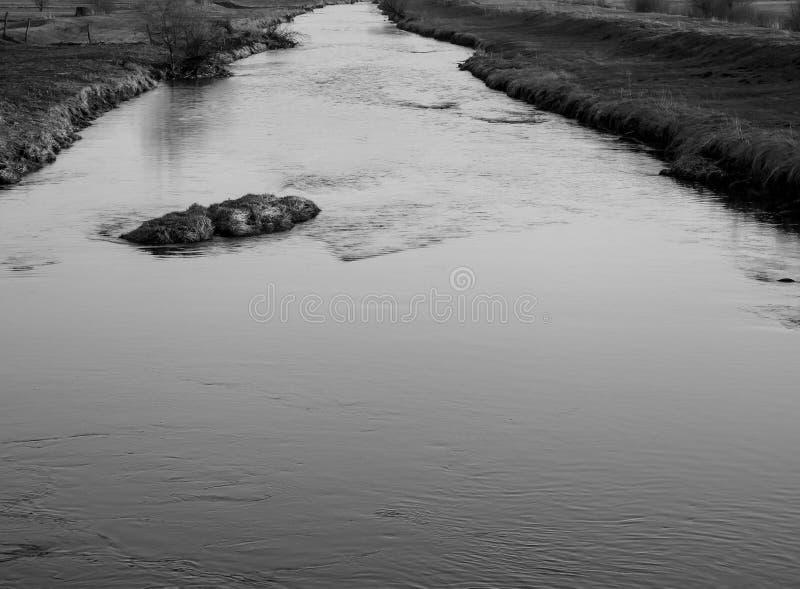 Stillhet smutsig Olt flod på solnedgången, vår i Transylvania arkivfoto