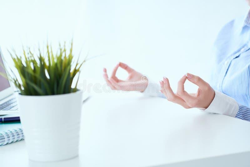Stillhetaffärskvinnan som mediterar på arbete, fokus på kvinnliga händer i mudra, stänger sig upp sikt Fridsam uppmärksam anställ arkivfoton