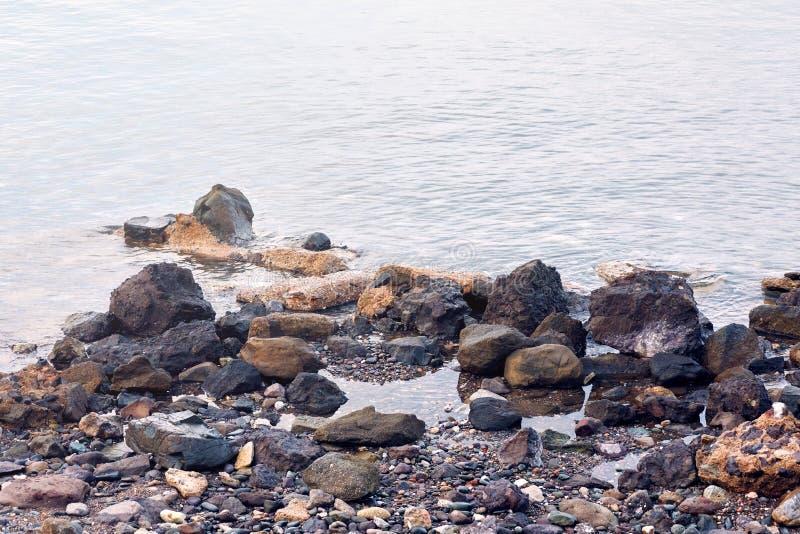Stillhethavet, vaggar och kiselstenstenar royaltyfri fotografi