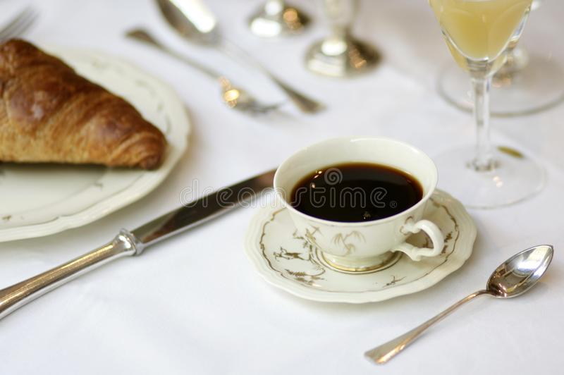 Stillife завтрака с античным блюдом стоковое фото