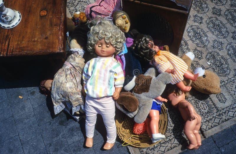 Stillife avec des marionnettes sur un marché aux puces images libres de droits