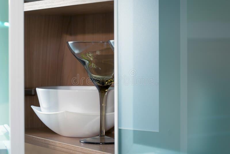 Stillife de cristal y de cristal de la cocina de las puertas imágenes de archivo libres de regalías