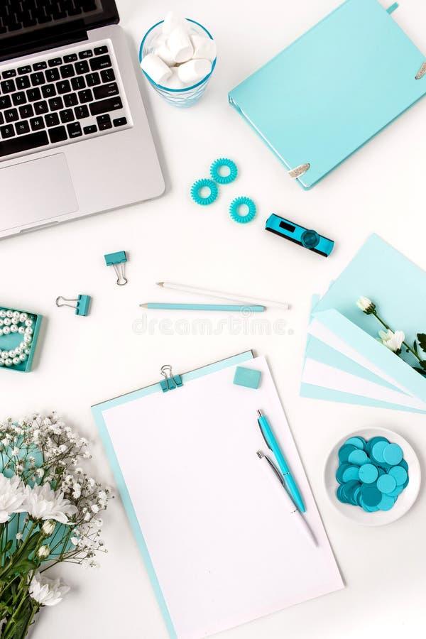Stillleben der Modefrau, blaue Gegenstände auf Weiß stockfotos