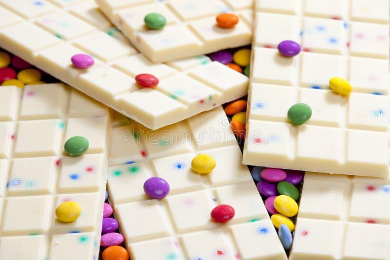 Stillleben der weißen Schokolade mit Alleswissern stockfotografie