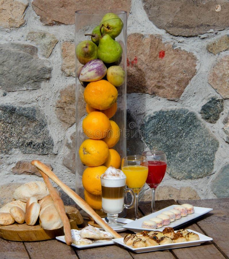 Stillleben des Brotes, des Nachtischs, der Getränke und der Früchte stockfotos