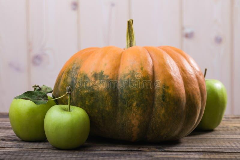 Stillleben des Kürbises und der Äpfel lizenzfreie stockbilder