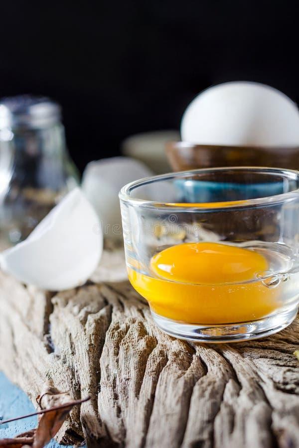 Stillleben gebrochene weiße Eier und Eigelb lizenzfreie stockbilder