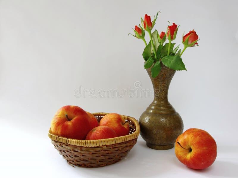 Stillleben mit Äpfeln und Rosen stockfotografie