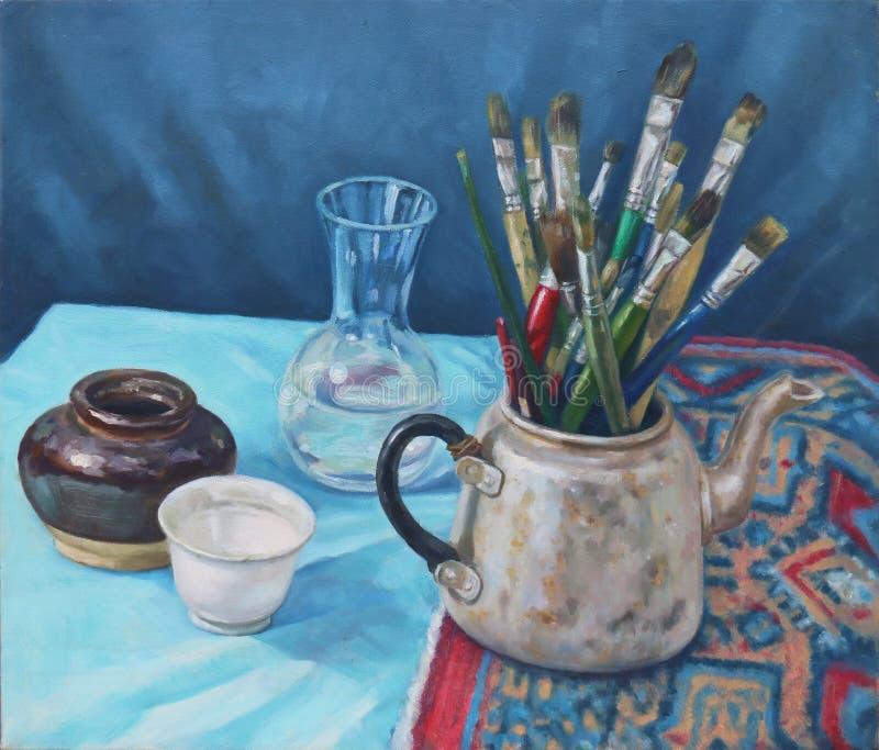 Stillleben mit alter Teekanne, Bürste, Glasflasche, Porzellanschale und Zylinder stockbilder