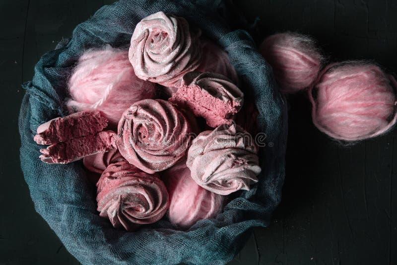 Stillleben mit Beereneibisch mit rosa Schlaufen auf dunklem Hintergrund stockfoto