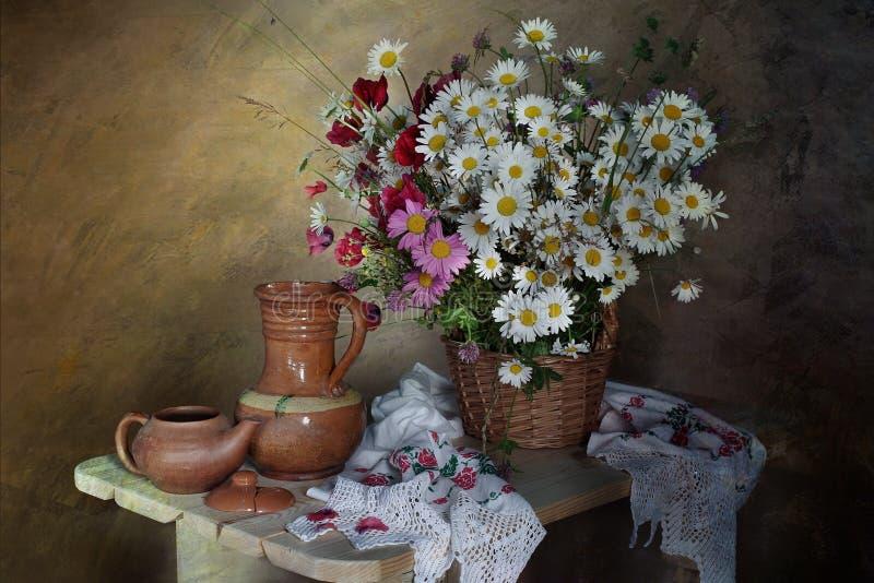 Stillleben mit Blumen, antike Haushaltsartikel lizenzfreies stockbild
