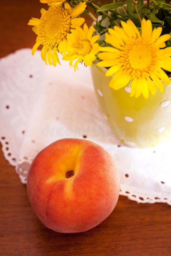 Stillleben mit Blumen und Pfirsich lizenzfreie stockfotos