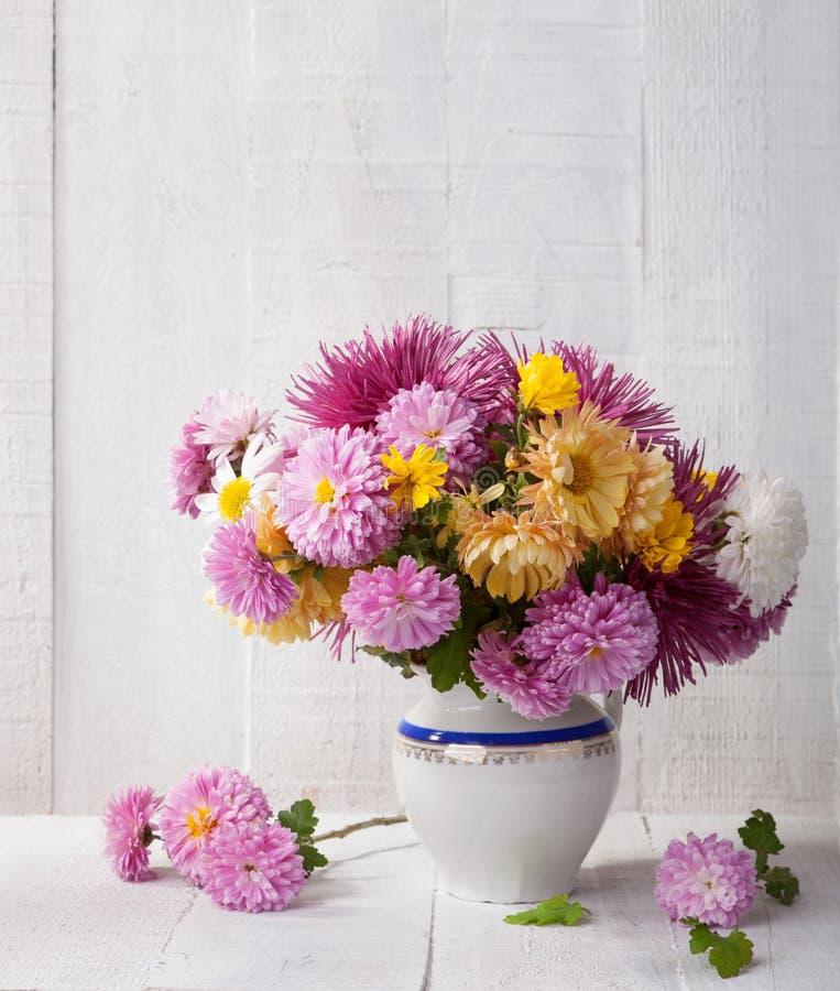 Stillleben mit buntem Chrysanthemenbündel stockbilder