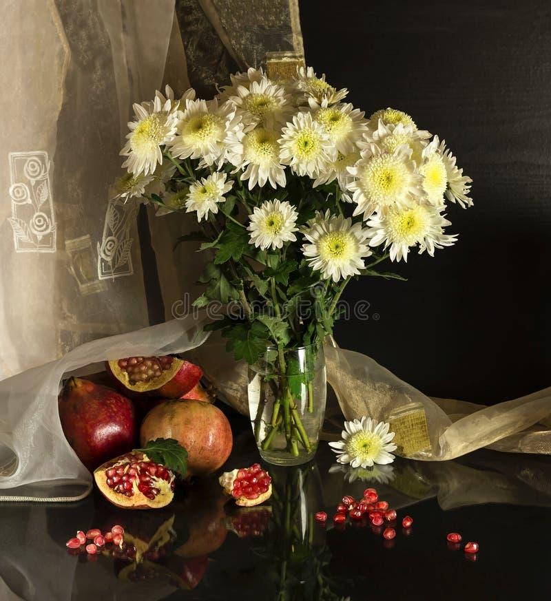 Stillleben mit Chrysanthemen lizenzfreies stockfoto