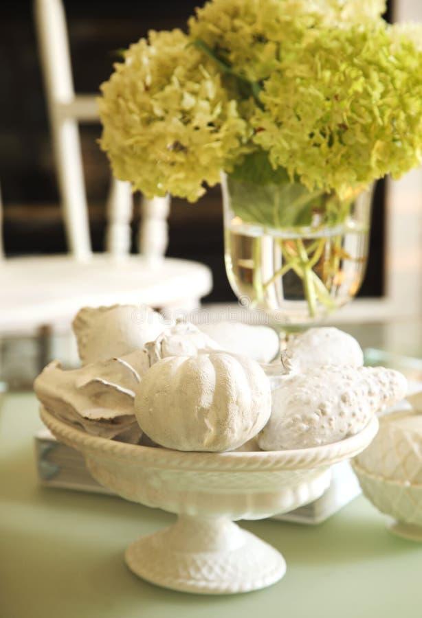 Stillleben mit dekorativen Kürbisen und Blumen stockbild