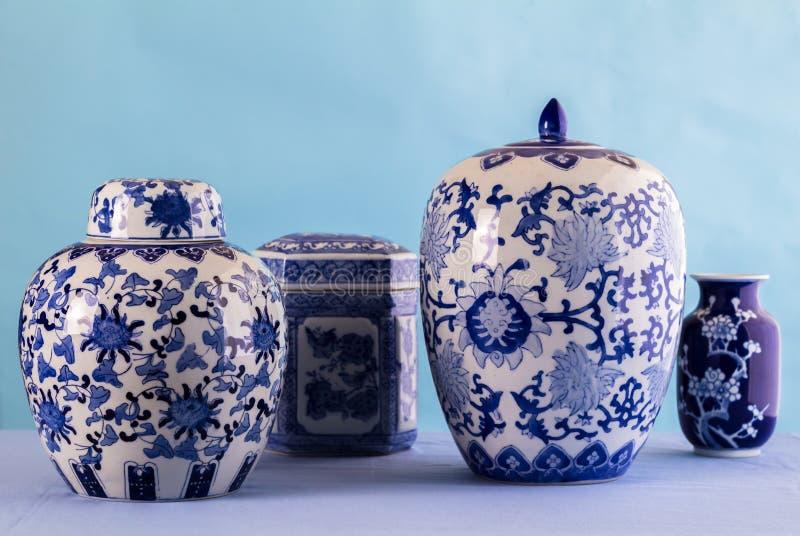 Stillleben mit den blauen und weißen keramischen Töpfen und den Ingwergläsern mit differenzialem Fokus - Raum für Text stockfotografie