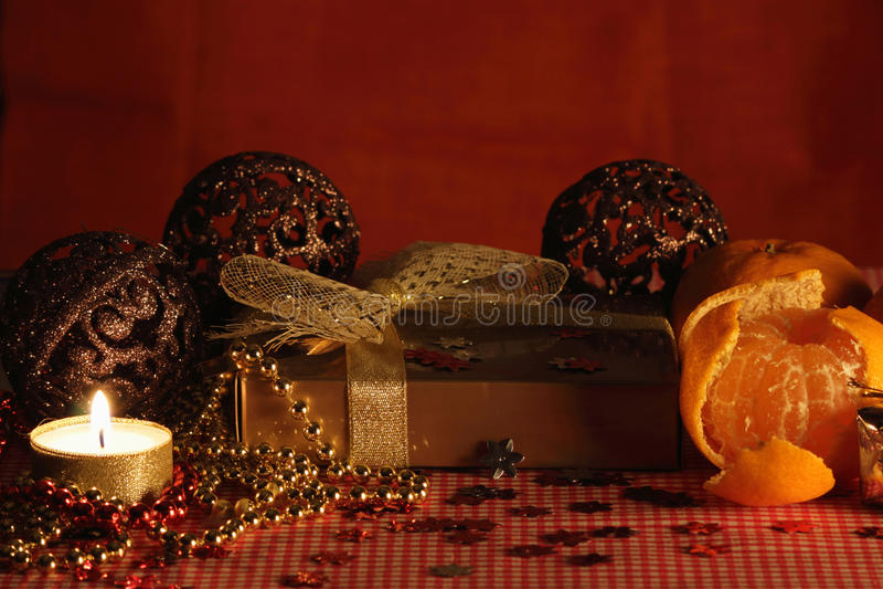 Stillleben mit der Kerze und den Mandarinen. stockfoto