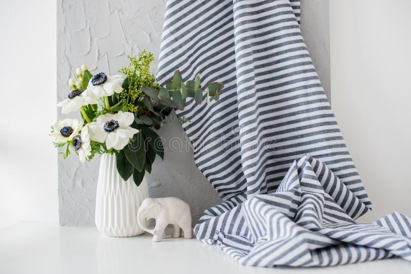 Stillleben mit einem eleganten Blumenstrauß von Anemonen stockbild