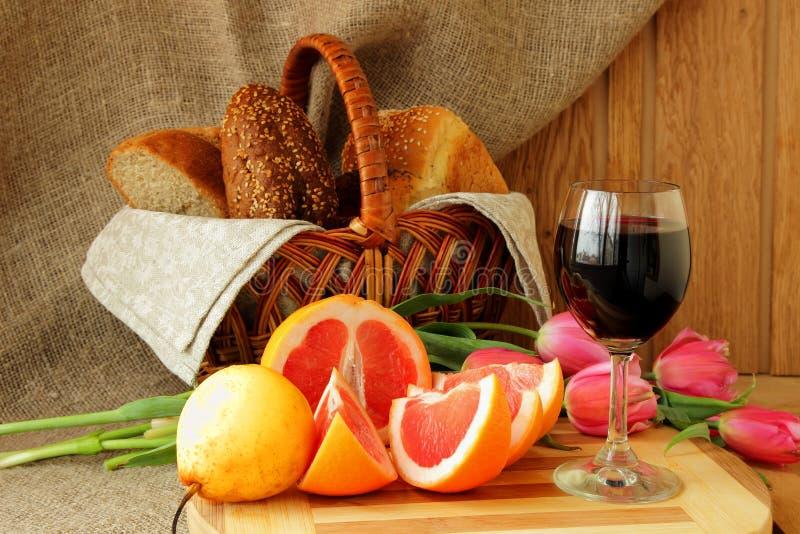 Stillleben mit einem Glas des Weins und der Pampelmuse stockfoto