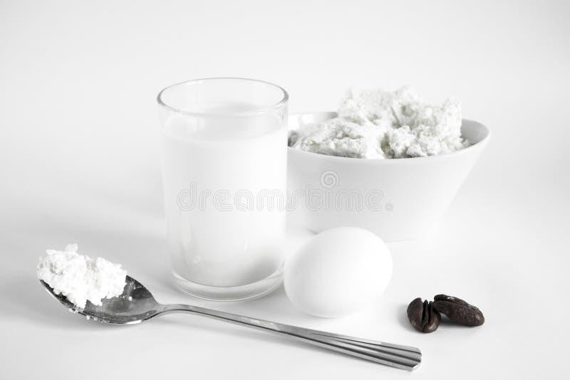Stillleben mit einem Glas von Milch und Ei stockbild