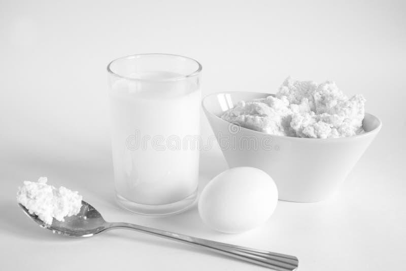 Stillleben mit einem Glas von Milch und Ei stockfoto