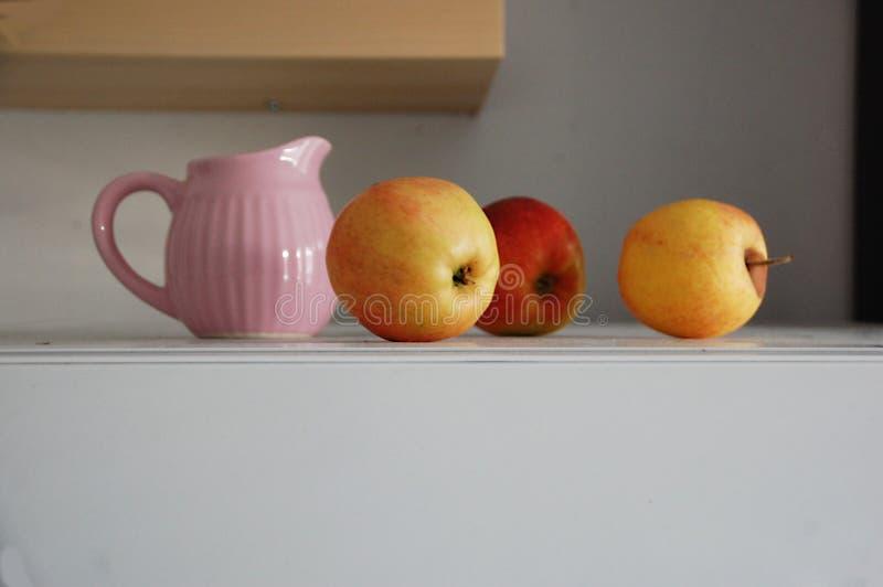 Stillleben mit einem Krug und Äpfeln lizenzfreies stockfoto