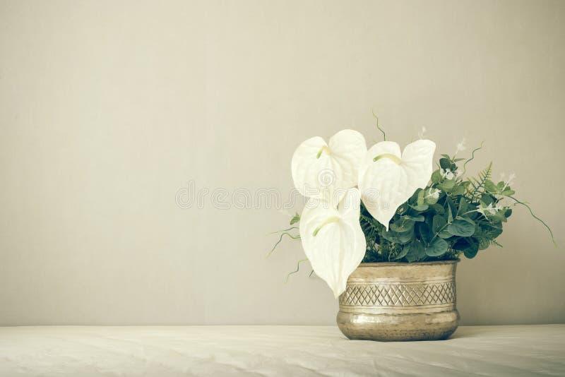 Stillleben mit einem schönen Blumenstrauß, Weinlesefarbton stockfoto