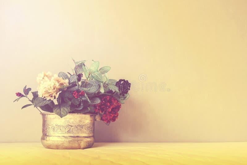 Stillleben mit einem schönen Blumenstrauß, Weinlesefarbton stockfotos