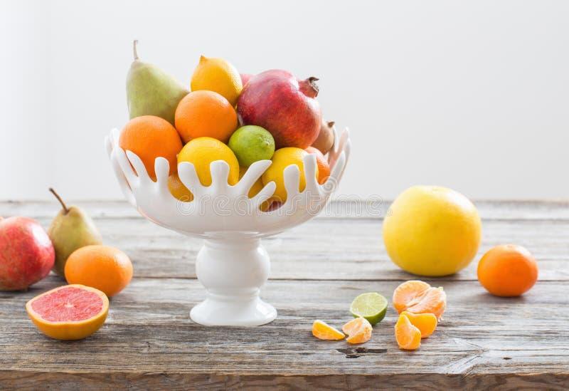 Stillleben mit Früchten im Vase lizenzfreie stockfotos
