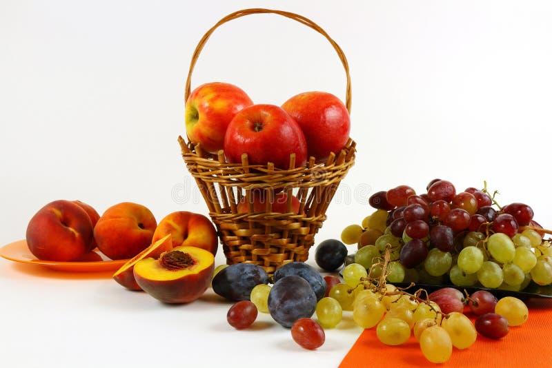 Stillleben mit Frucht auf einem hellen Hintergrund stockfotografie
