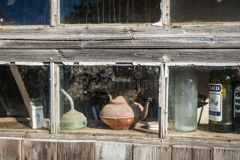 Stillleben mit Gegenständen hinter einem staubigen Fenster lizenzfreie stockfotos