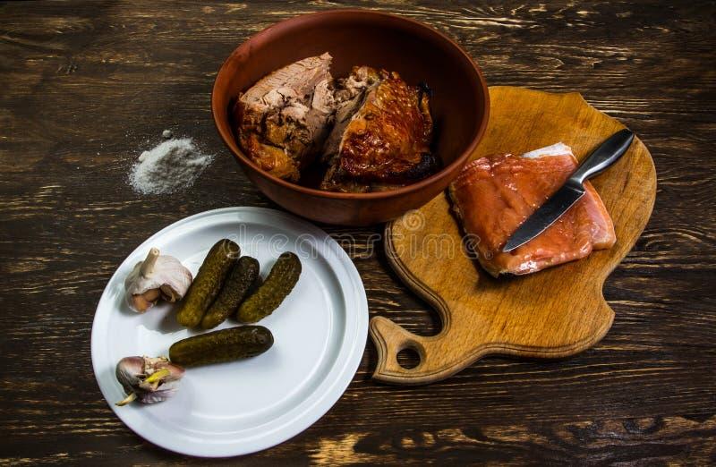 Stillleben mit gegrilltem Fleisch des Truthahn- und Salzlachsfilets lizenzfreie stockfotografie