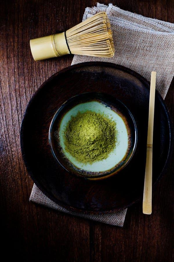 Stillleben mit grünem Tee und Japanerdraht wischen gemacht vom Bambus lizenzfreie stockbilder