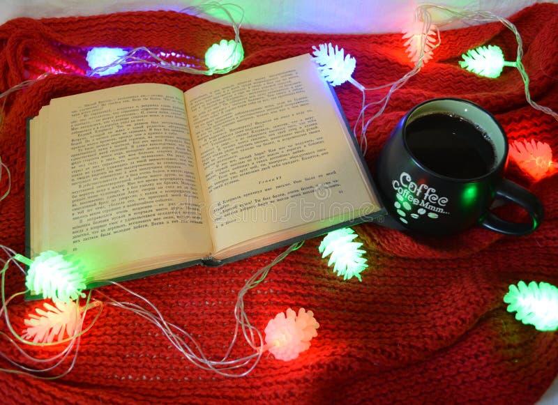 Stillleben mit Kaffee und Buch auf einem roten Hintergrund stockfoto