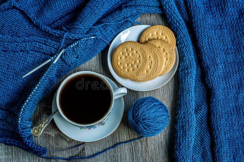 Stillleben mit Kaffee und dem Stricken stockfotografie