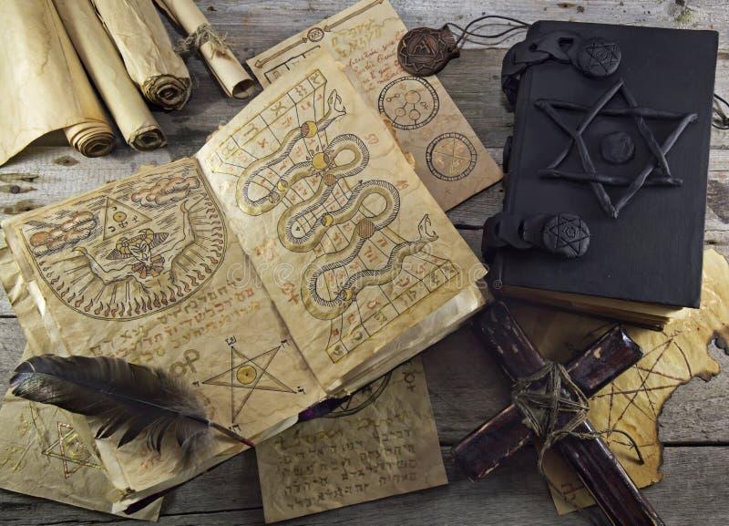 Stillleben mit magischen Gegenständen lizenzfreie stockfotografie