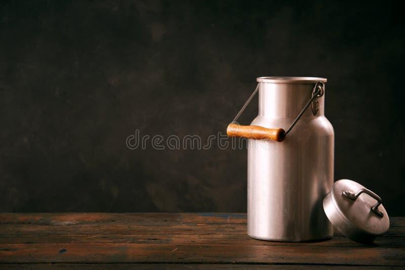 Stillleben mit Metallweinlese-Milchdose lizenzfreie stockfotografie
