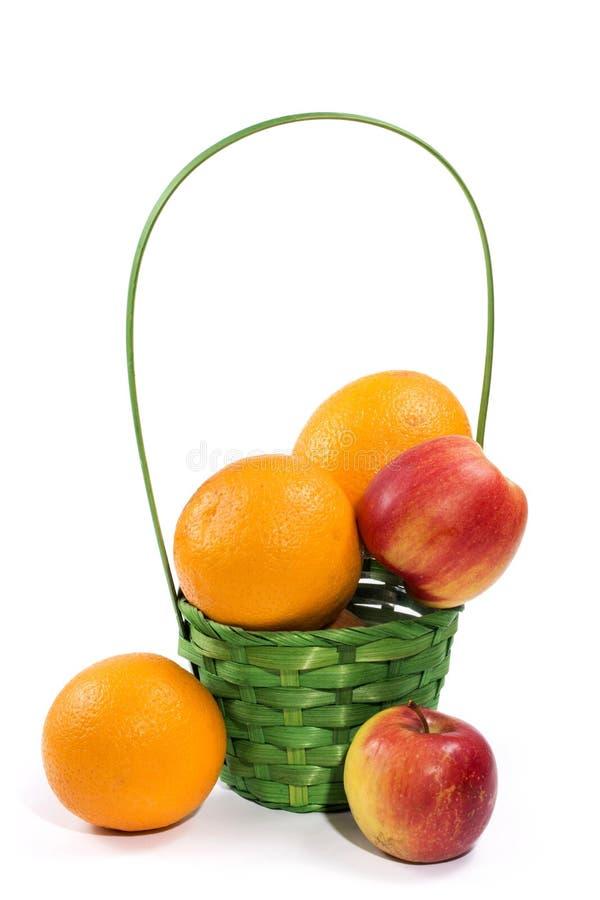 Stillleben mit Orangen und Äpfeln in einem Weidenkorb lizenzfreies stockbild