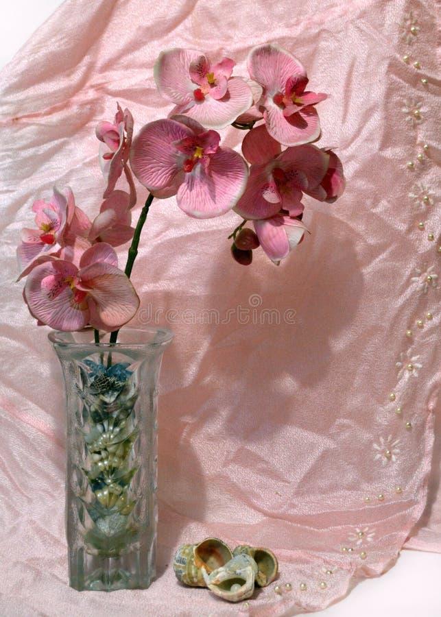 Stillleben mit Orchidee und Drapierung stockbilder