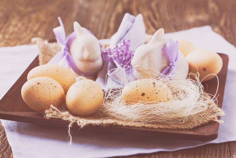 Stillleben mit Ostereiern und Häschen stockbild
